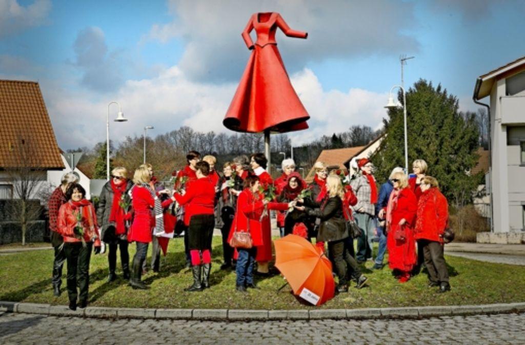 Zum Jubiläumsauftakt am Eislinger Kunstkreisel mit dem roten Kleid  der Künstlerin  Anja Luithle (Wendlingen) tragen die Efas ebenfalls rot. Foto: Horst Rudel