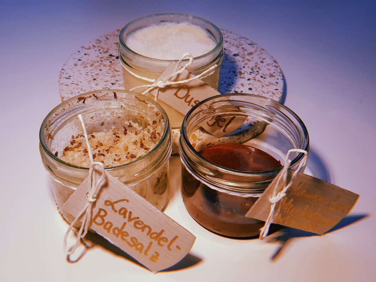 Schön verpackt eignen sie die Wellness-Produkte auch als selbstgemachte Ostergeschenke. Foto: Sarah Knorr