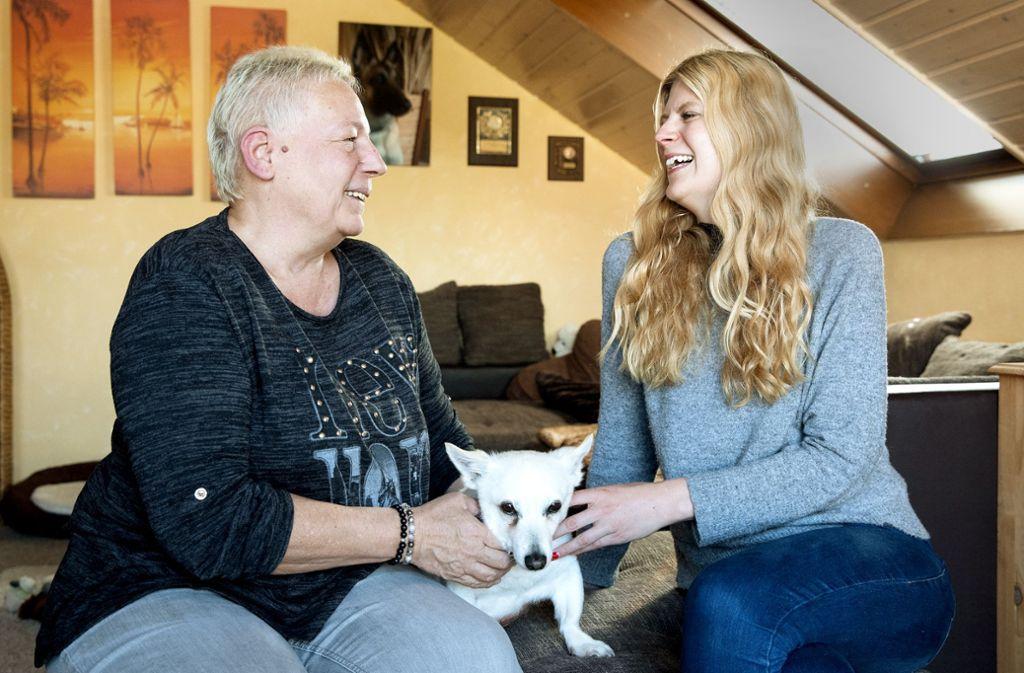 Sybille Impagliatelli (links) und Verena Dull helfen Tieren in Not. Foto: Frank Eppler