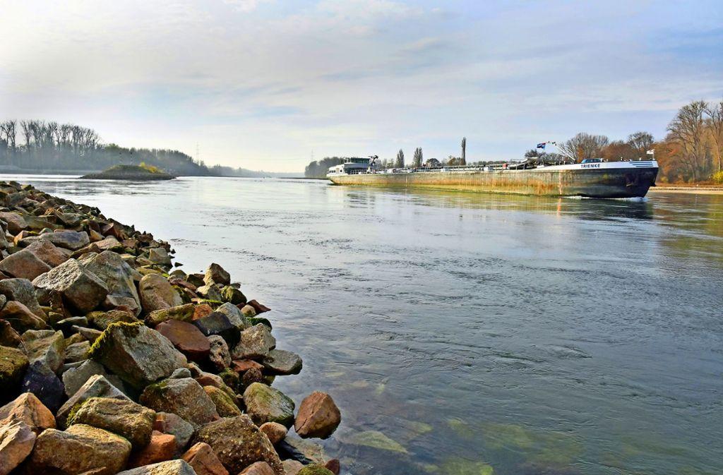 Das Niedrigwasser legt die großen Frachter auf dem Rhein lahm. Doch die Hochwasserzentrale sendet erste Signale der Hoffnung an die Schiffer. Foto: Stefan Jehle