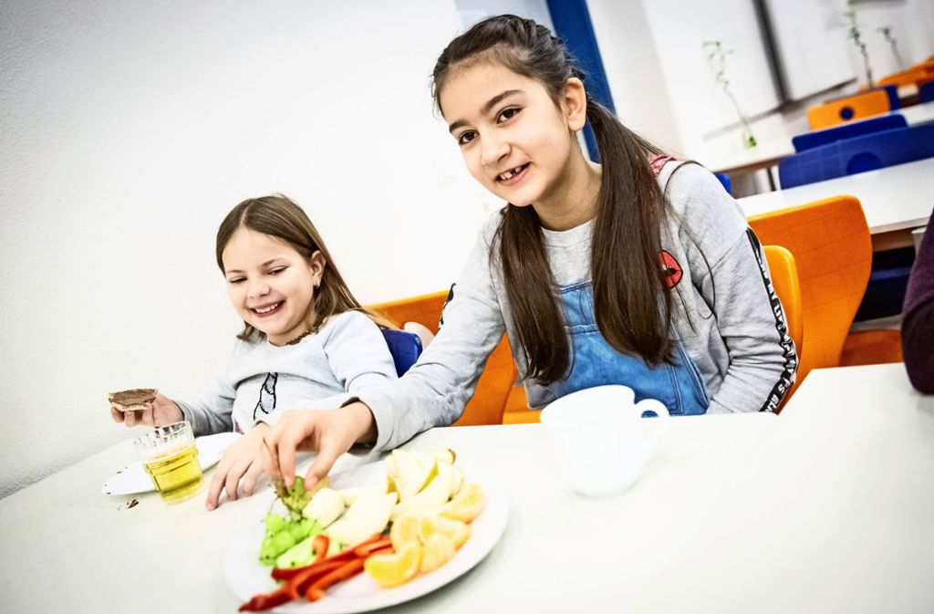 Gemeinsam gesund essen: wie diese beiden Mädchen beim Schulfrühstück. Foto: Lg/Julian Rettig