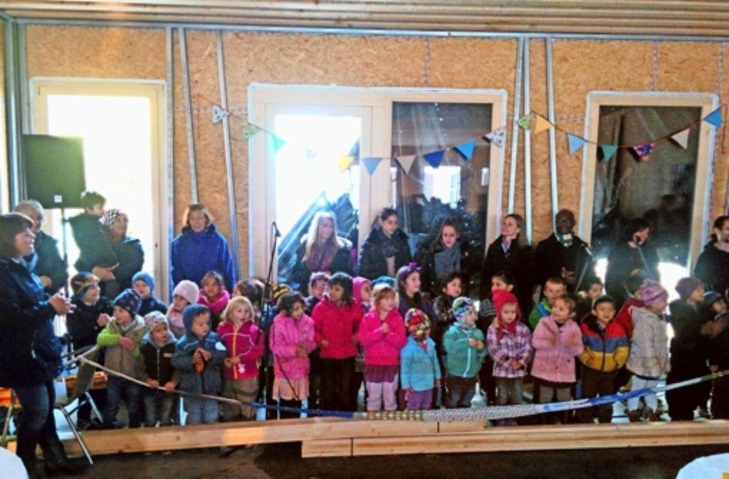Die Kinder des Stöckach-Kindergartens und die Erzieherinnen freuen sich auf ihre neuen Räume aus Holz. Foto: Jürgen Brand