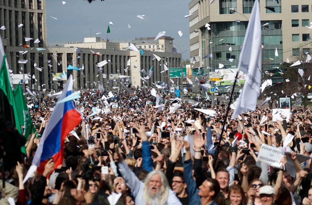 Tausende Menschen haben am Montag in Moskau gegen die Sperrung des beliebten Messenger-Dienstes Telegram in Russland protestiert. Foto: AP