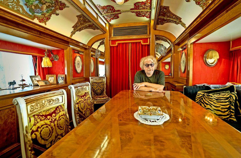 Bernhard Paul in seinem Salon. In dem historischen Wohnwagen hat der  Direktor schon so ziemlich alle Menschen empfangen, die Rang und Namen haben. Foto: factum/Weise