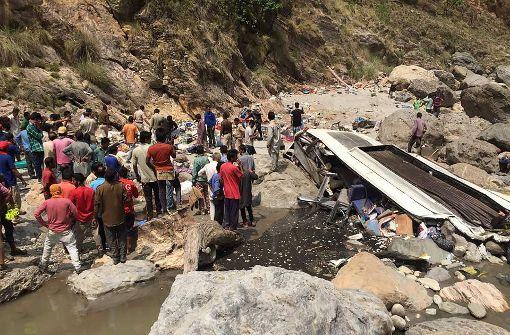 Bei einem Busunfall in Indien sind mindestens 44 Menschen ums Leben gekommen