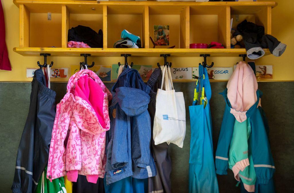 Wo sollen die Kinder in Birkach und Plieningen künftig ihre Jacken aufhängen? Die Stadt hat noch immer keine Lösung. Foto: picture alliance/dpa