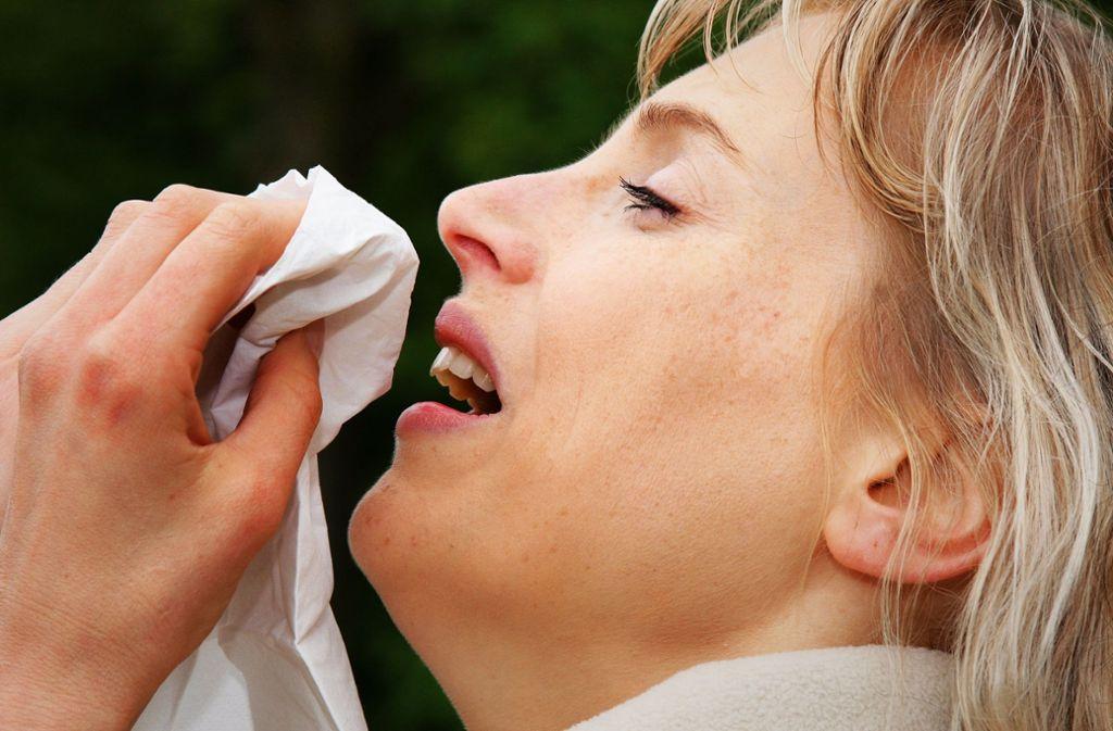 Hatschi! Manche Menschen müssen auch niesen, wenn Pollen fliegen. Foto: dpa