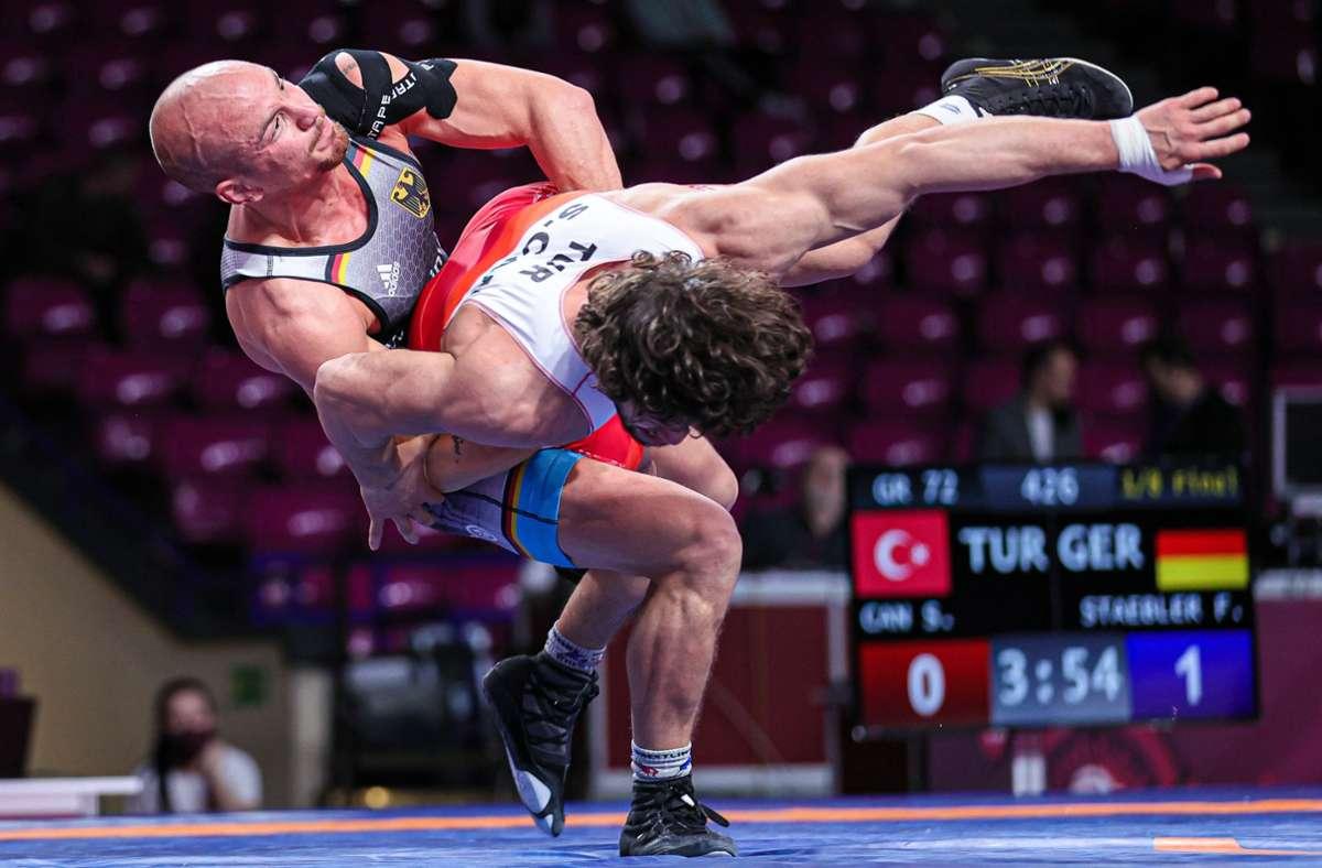 Ringer Frank Stäbler bei der Arbeit: Der Athlet aus Musberg ist voll fokussiert auf die Olympischen Spiele in Tokio. Foto: dpa/Kadir Caliskan