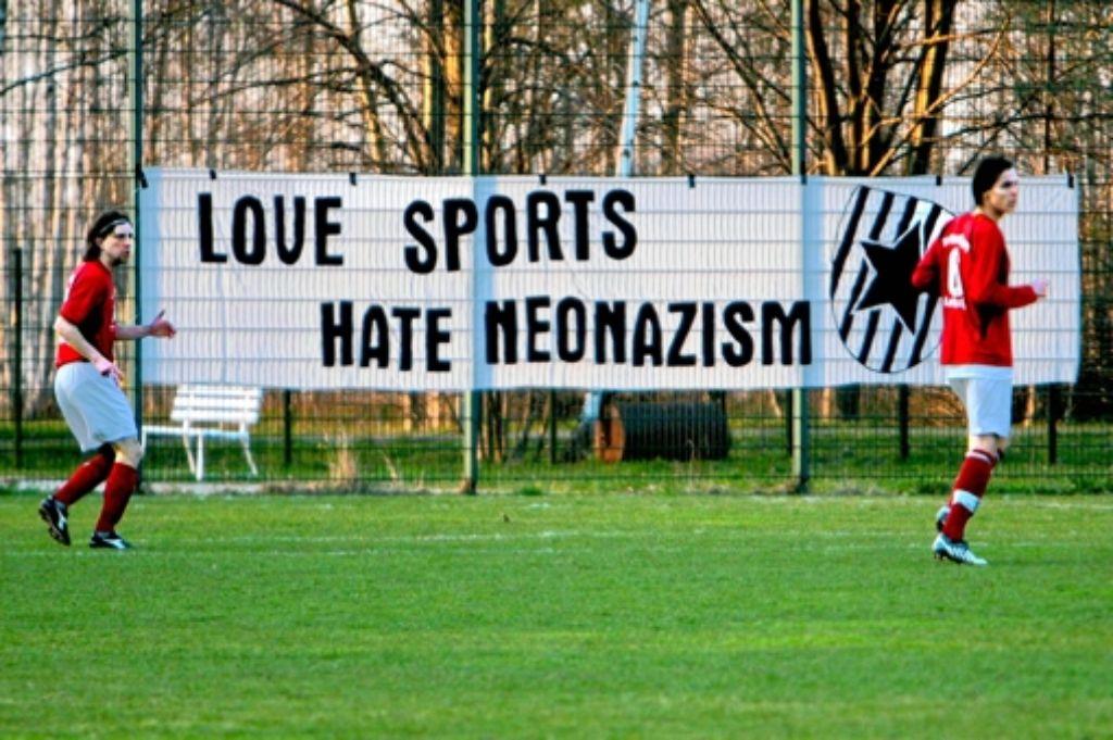 Gegen Neonazis: der  Verein Roter Stern Leipzig positioniert sich auf dem Spielfeld eindeutig – und lebt damit gefährlich Foto: Imago