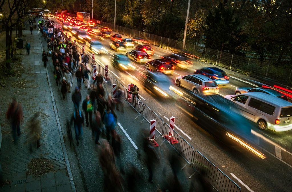 Auf dem Weg zur umstrittenen Demo auf der B14 am Neckartor. Foto: Lichtgut/Max Kovalenko