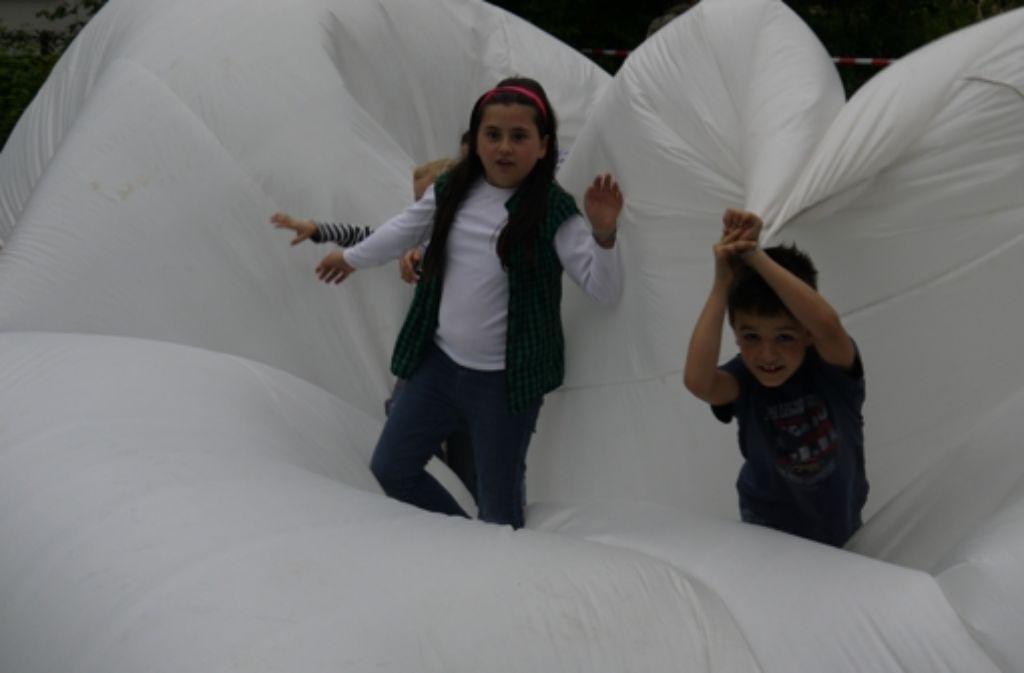 Auf dem Kinder- und Heimatfest in Vaihingen konnten die Kinder im Luftkissen tollen. Foto: Ayerle