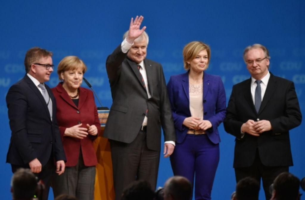 Von links: Guido Wolf, CDU-Spitzenkandidat in Baden-Württemberg, Bundeskanzlerin Angela Merkel, der bayerische Ministerpräsiden Horst Seehofer, CDU-Vize Julia Klöckner und der Ministerpräsident von Sachsen-Anhalt Reiner Haseloff stehen nach der Rede von Seehofer auf der Bühne beim CDU-Bundesparteitag in Karlsruhe. Foto: dpa