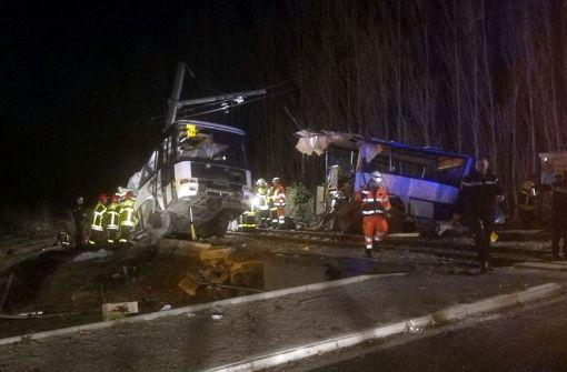 Vier Kinder bei Kollision von Bus und Zug getötet