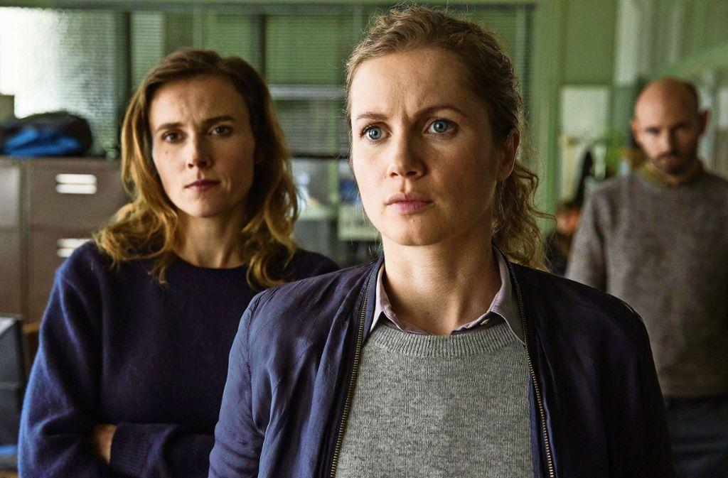 Leonie Winkler (Cornelia Gröschel, re.) und Karin Gorniak (Karin Hanczewski) versuchen gemeinsam den Hergang der Tatnacht zu rekonstruieren. Sie glauben nicht an einen Mafia-Mord. Foto: MDR/HA Kommunikation