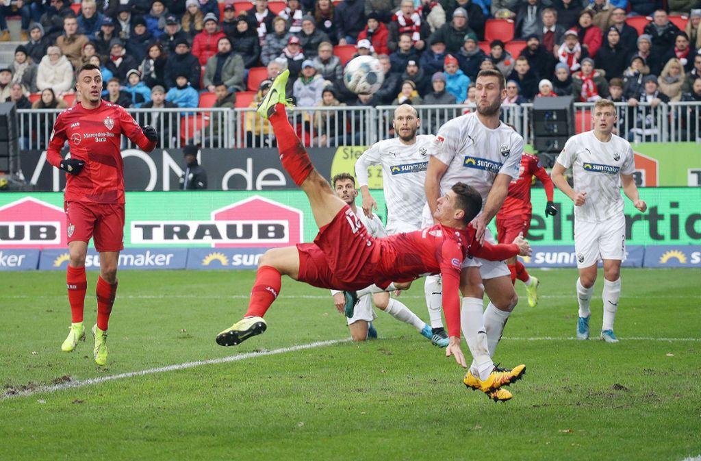 Mario Gomez trifft artistisch – doch dem Treffer wurde nach Videobeweis die Anerkennung verweigert. Foto: Pressefoto Baumann/Hansjürgen Britsch