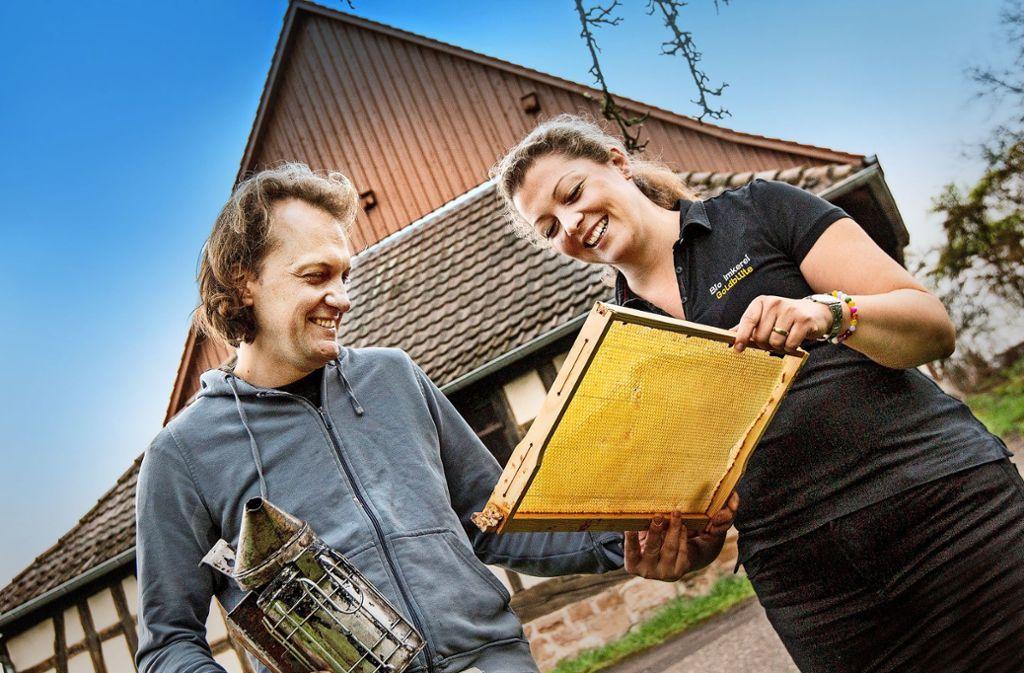 Sebastian Faiß und Katrin Graf-Faiß ziehen mit ihren Bienen in die Alte Kelter in Aichelwald-Aichelberg. Foto: Horst Rudel