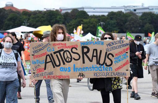 Tausende Menschen demonstrieren gegen IAA