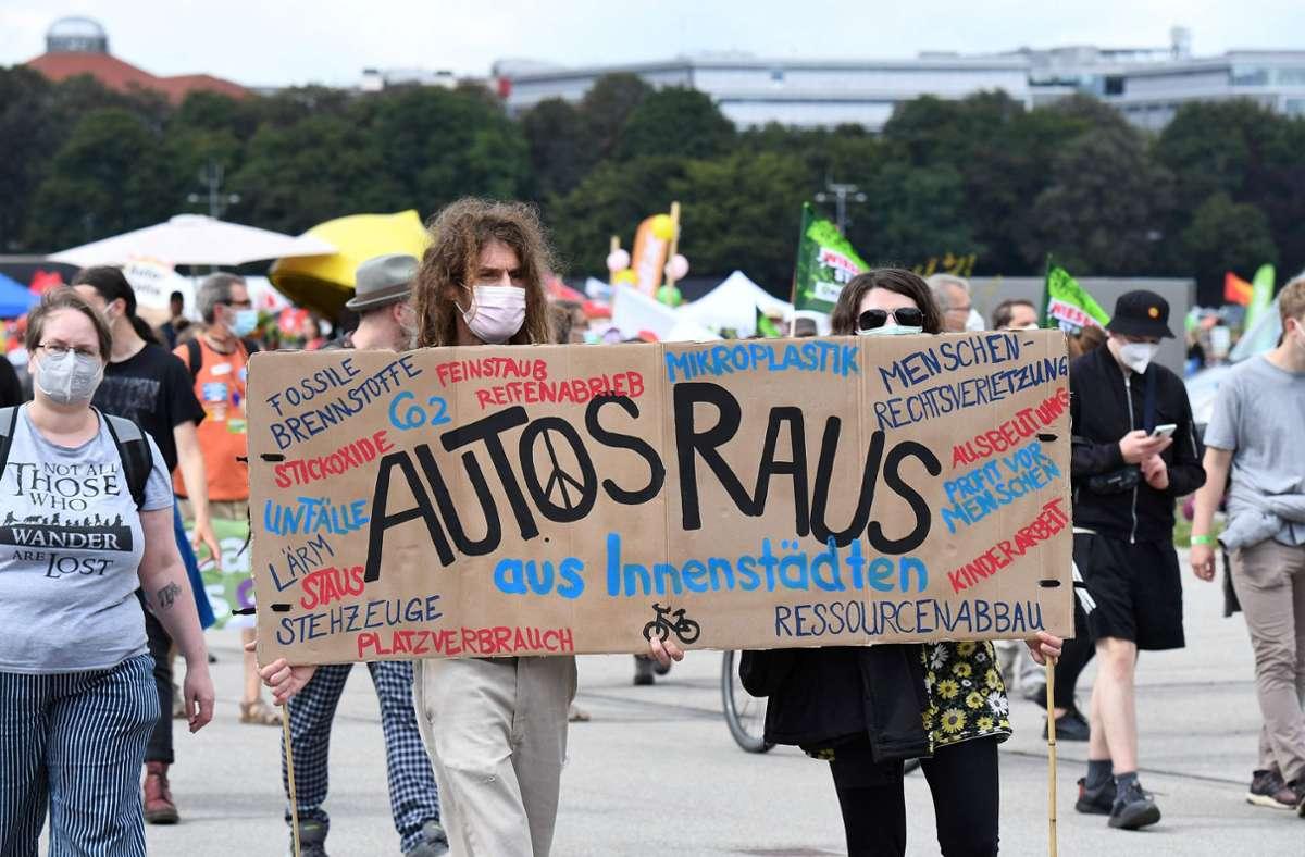 Die Demonstranten forderten eine Mobilitätswende mit weniger Autos und besseren Alternativen der Fortbewegung. Foto: AFP/TOBIAS SCHWARZ