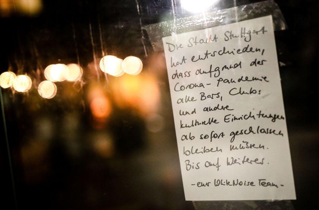 Zettel am  White Noise, der über die Schließung informiert Foto: dpa/Christoph Schmidt