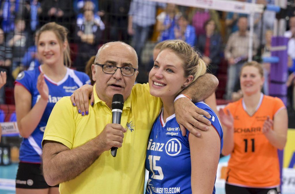 Diese Zeiten sind vorbei: Bernhard Lobmüller herzt eine seiner Spielerinnen. Foto: Bloch