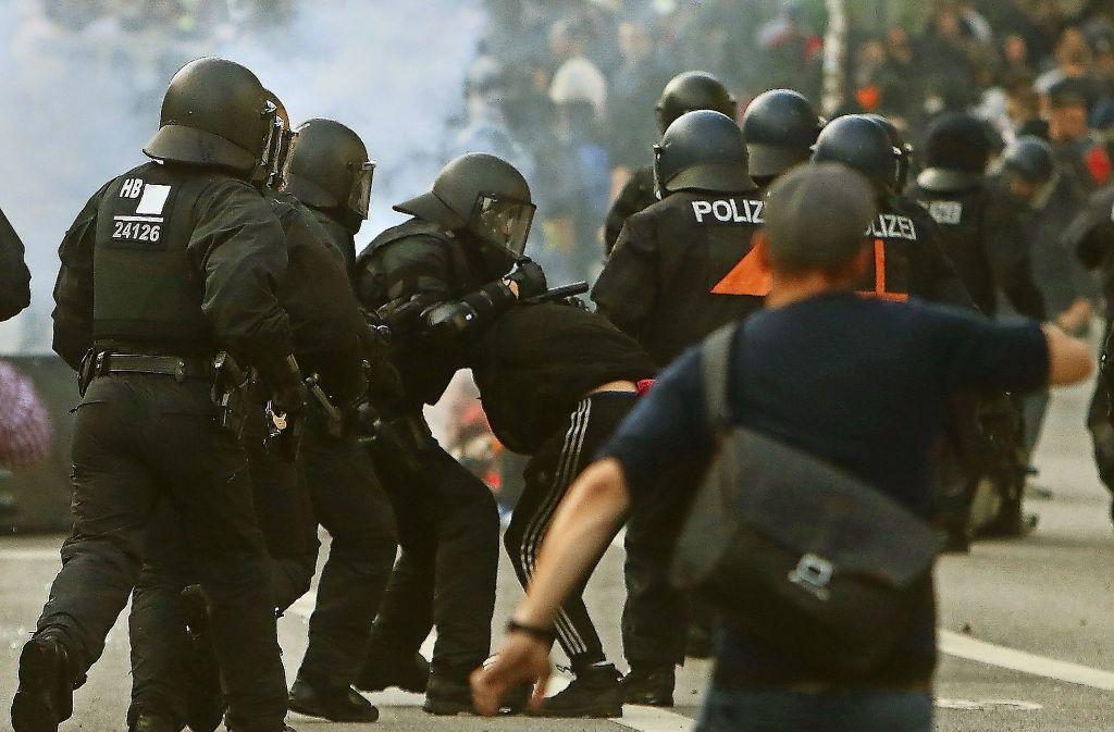 Geschulte Hundertschaften sind bei der Polizei für die Zugriffe in den Reihen der Chaoten zuständig – doch gab es in Hamburg nicht genug von ihnen. Foto: dpa