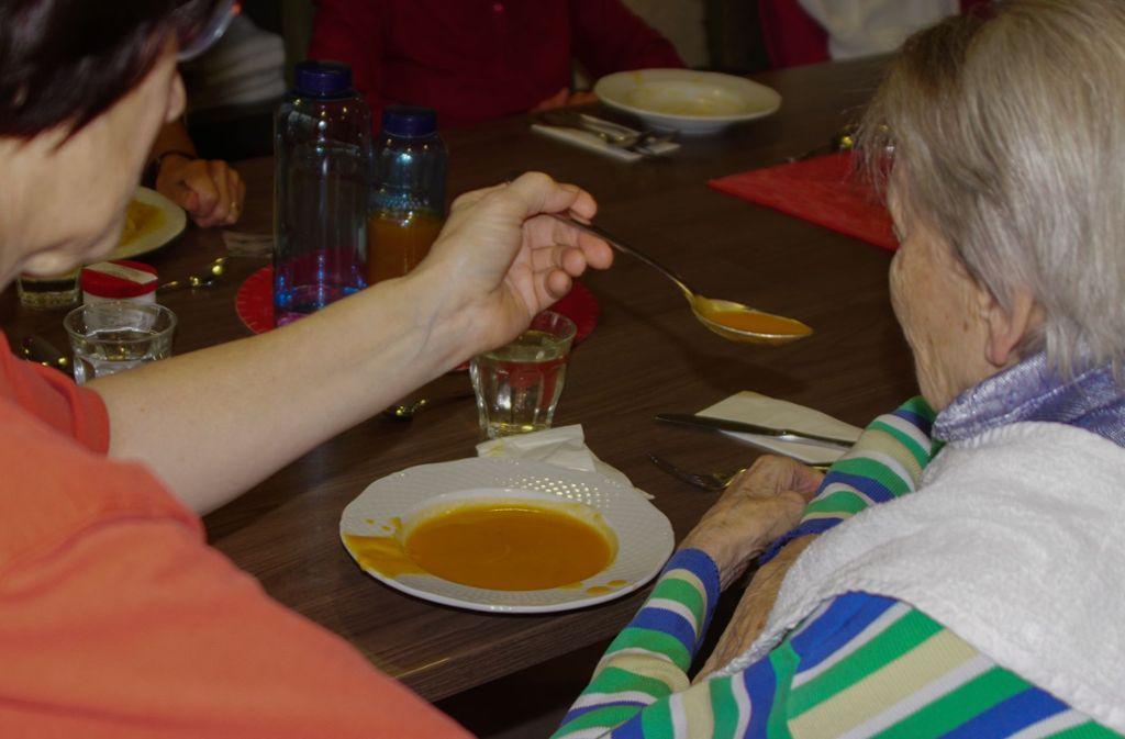 Einer Bewohnerin im Paulinenstift wird beim gemeinsamen Essen geholfen. Foto: Paulinenstift
