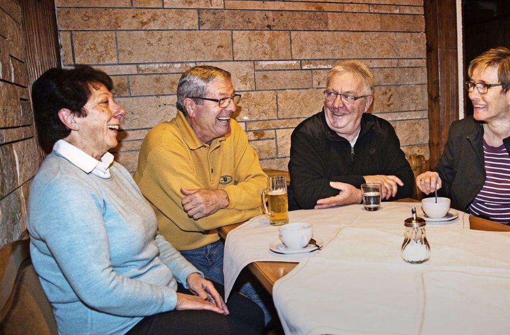 Wenigstens da  kommt noch einmal Freude auf: Anna und Heinz Neuhäuser tauschen mit den Wirtsleuten Robert und Ute Scheu (von links)  Erinnerungen aus. Foto: Ines Rudel