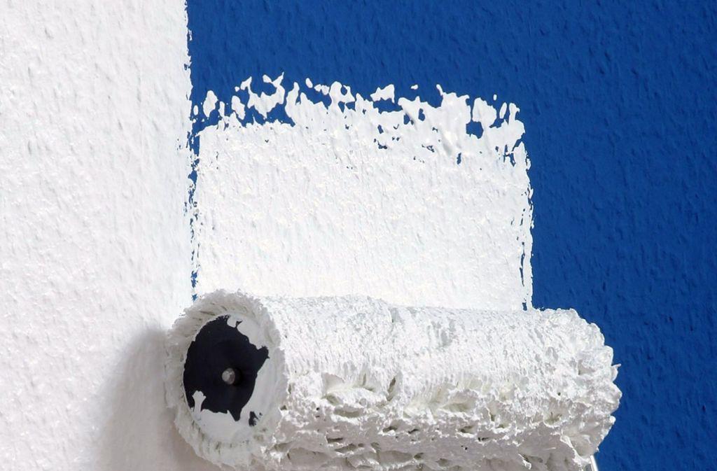 Wand- und Dispersionsfarben sind zähflüssige Anstrichstoffe, die Anti-Schimmel-, Löse- und  Konservierungsmittel enthalten. Auch die organischen Lösemittel  und das Terpentinöl in Lacken  sind gesundheitsschädlich und können zu allergischen Reaktionen führen. Nach dem Streichen deshalb immer  gut  lüften, das verringert die Raumbelastung. Foto: dpa