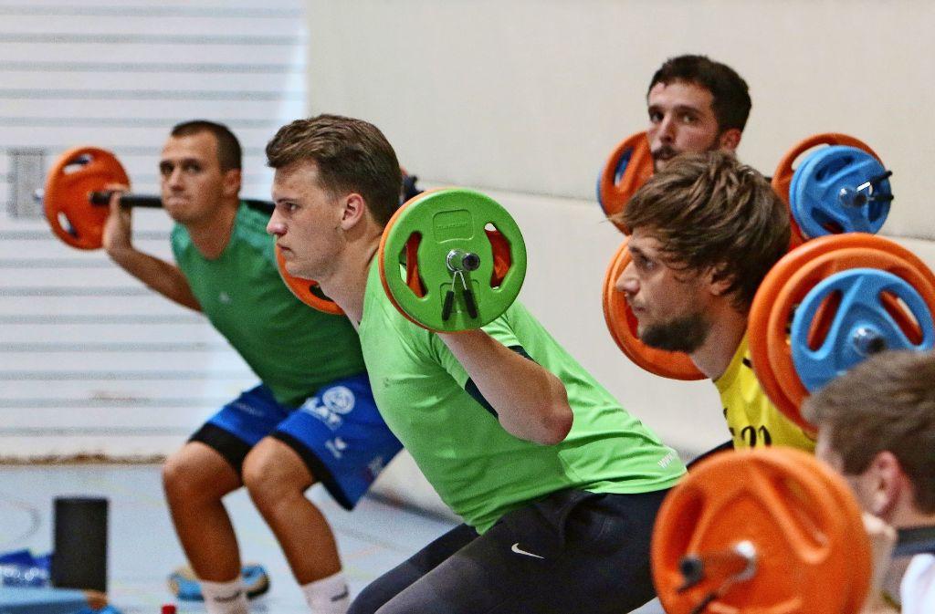 Für    die  Kraft- und  Ausdauereinheiten haben   die  Handballer eine     Expertin    aus dem Triathlonbereich  engagiert – am Ende wissen alle, was sie getan haben. Foto: Andreas Gorr