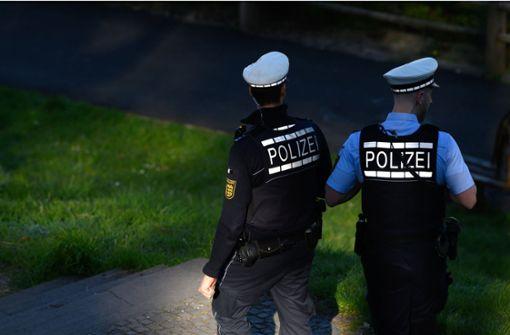 Pärchen hustet Polizisten provokant an und droht mit dem Tod