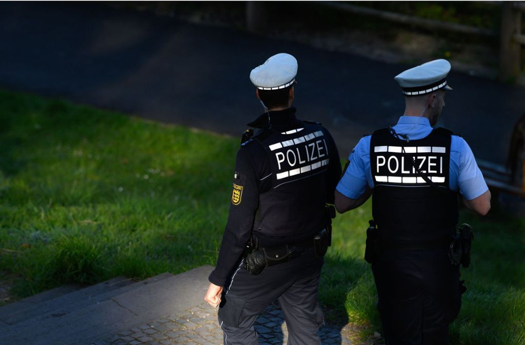 Die Polizei kontrolliert die Corona-Auflagen (Symbolbild). Foto: dpa/Sebastian Gollnow