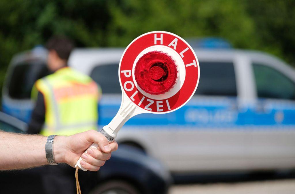 Die Polizei führte die Verkehrskontrollen rund um das Volksfest durch. (Symbolbild) Foto: dpa/Sebastian Willnow