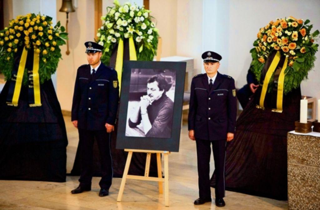 Zwei Beamte haben Ehrenwache für den verstorbenen Thomas Züfle gehalten. Foto: Michael Steinert
