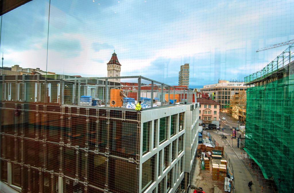 Die neue Rathausgarage ist bereits in Betrieb, auch wenn noch nicht alle Arbeiten beendet sind und vieles rund ums Gebäude nach Baustelle aussieht. Foto: Lichtgut/Leif Piechowski