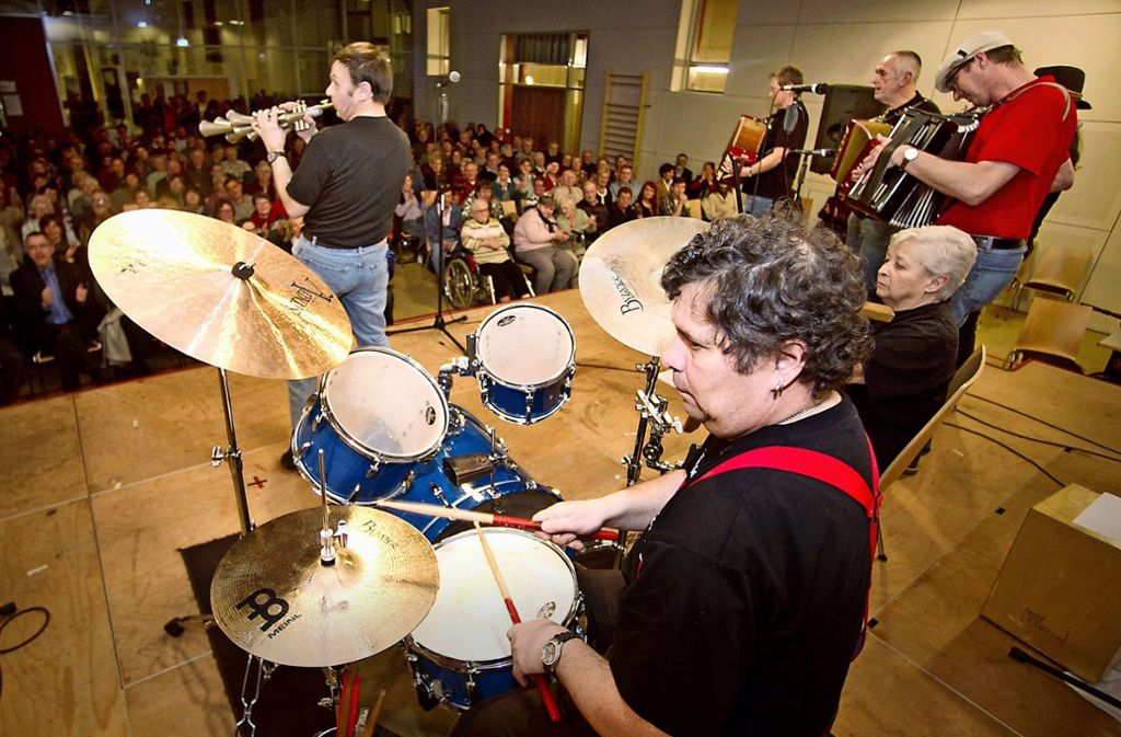 Auch die  Ludwigsburger Brenz Band, hier  bei einem Auftritt in Marbach (Kreis Ludwigsburg), tritt bei der Party  auf. Foto: privat