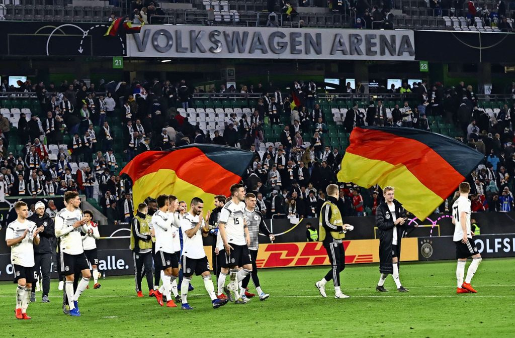 Auch in Wolfsburg wird der DFB-Elf klar, dass sie Vertrauen und Sympathie erst zurückgewinnen muss. Foto: dpa