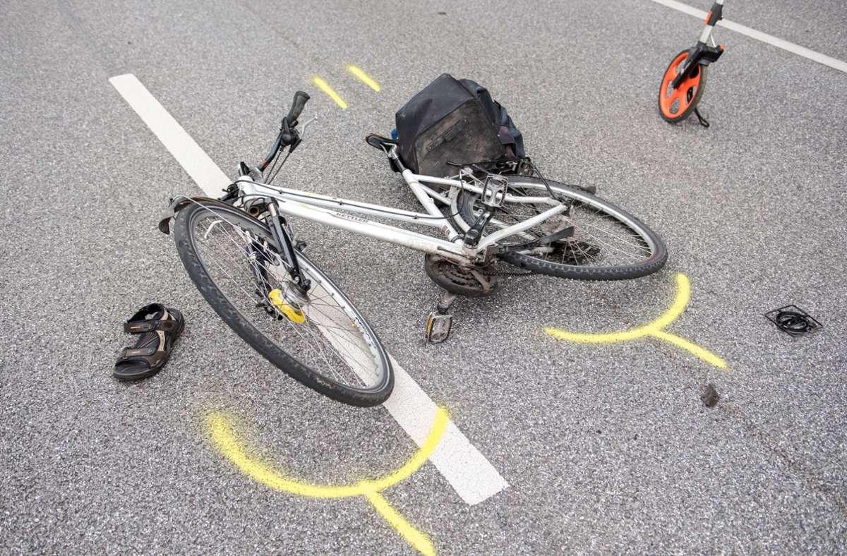 In Deizisau wurde ein Radfahrer bei einem Unfall leicht verletzt (Symbolfoto). Foto: picture alliance / Daniel Bockwoldt/dpa/Daniel Bockwoldt