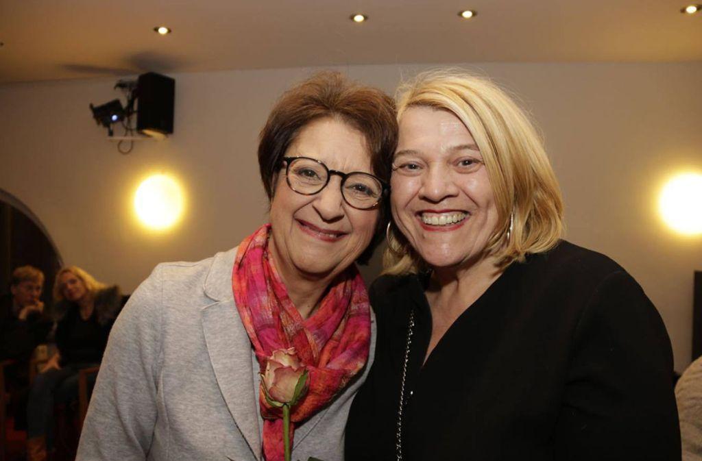 Schauspielerin Monika Hirschle (links) und Spitzenköchin Léa Linster   bei der Premierenfeier in der Komödie im Marquardt. Foto: Klaus Schnaidt