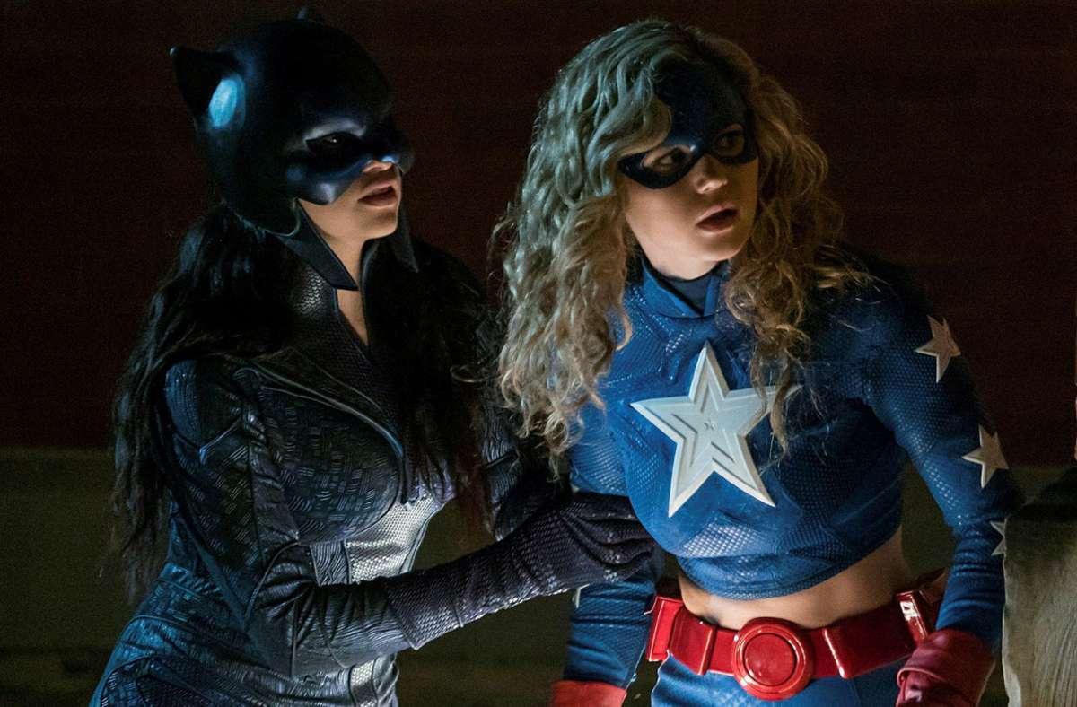 Brec Bassinger als Stargirl (rechts) und Yvette Monreal als Wildcat Foto: Warner/Sky