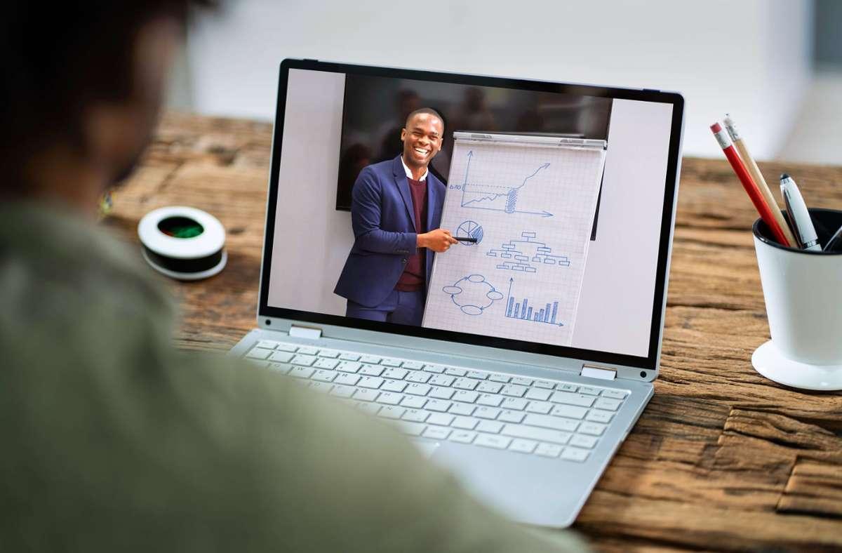 Online eine Präsentation oder Vorlesung verfolgen – das geht inzwischen problemlos mithilfe von Videotelefonie-Programmen wie Skype. Foto: imago images/Panthermedia/Andrey Popov