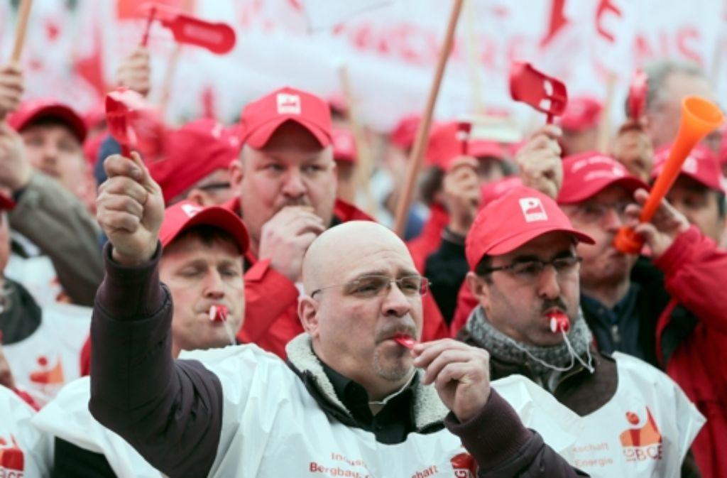 """Nach dem Motto """"Jetzt sind wir dran"""" fordert die Chemiegewerkschaft eine Entlastung ihrer Mitglieder durch den Staat. Dazu bedarf es einer neuen Sicht auf die Mittelschicht. Foto: dpa"""
