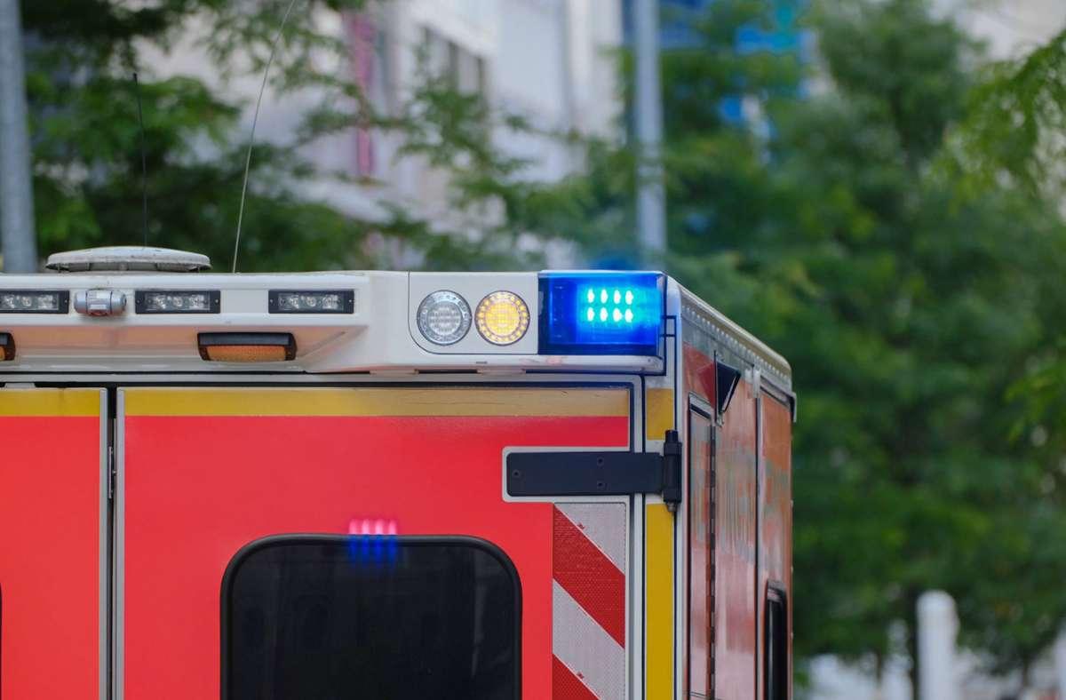 Ein Mann musste ins Krankenhaus gebracht werden, nachdem er bei einem Streit verletzt wurde (Symbolbild). Foto: imago images/Michael Gstettenbauer
