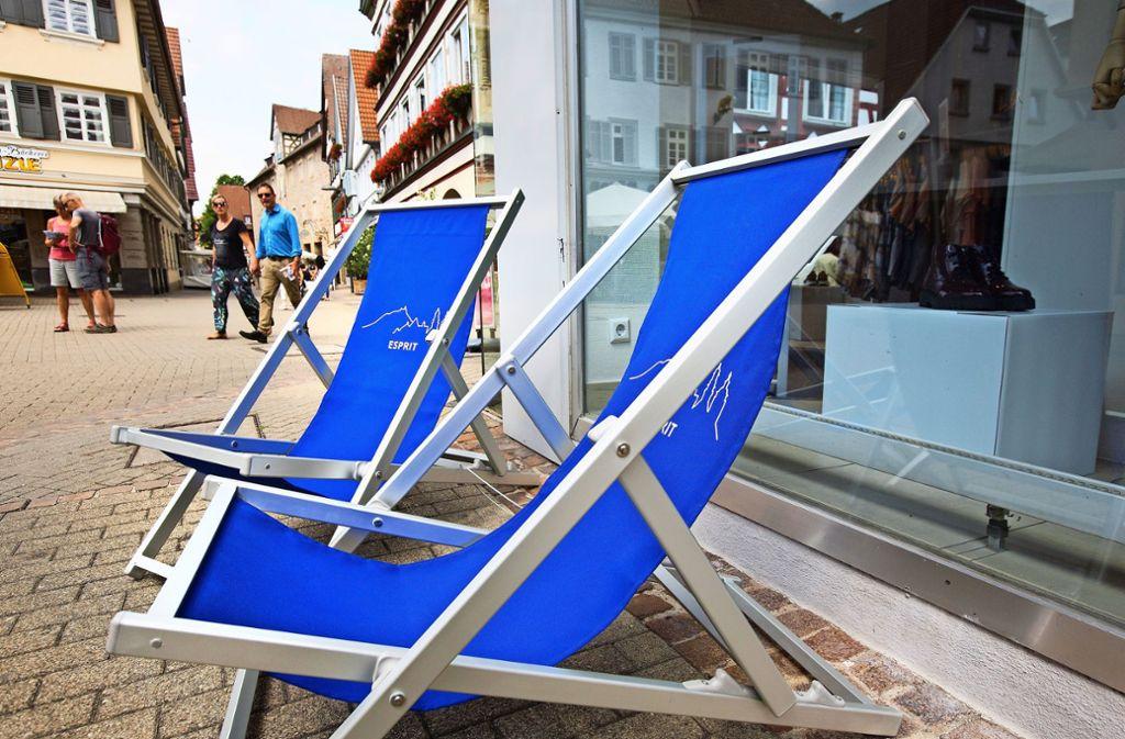 Noch ist der Blick der Passanten kritisch, aber in den blauen Liege- und Regiestühlen in der Kirchheimer Innenstadt darf sich jedermann  ausruhen. Foto: