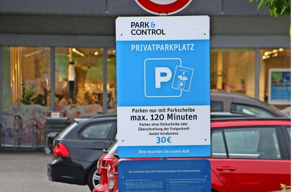 Am Parkplatz an der Ulmer Straße hat Park & Control die Schilder verändert. Foto: Rüdiger Ott