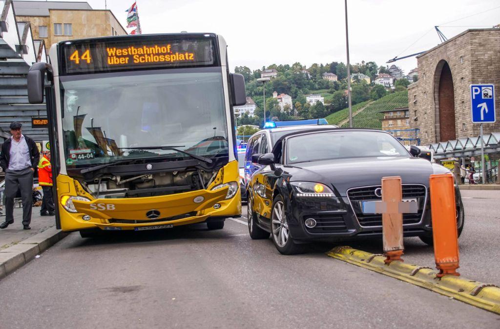 Der Bus konnte nicht mehr reagieren. Zwei Fahrgäste werden bei dem Unfall verletzt. Foto: 7aktuell.de/Andreas Werner