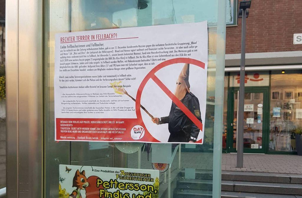 Die Plakate zeigen einen Polizisten mit Ku-Klux-Klan-Haube – wie hier an einer Bushaltestelle. Foto: STZN