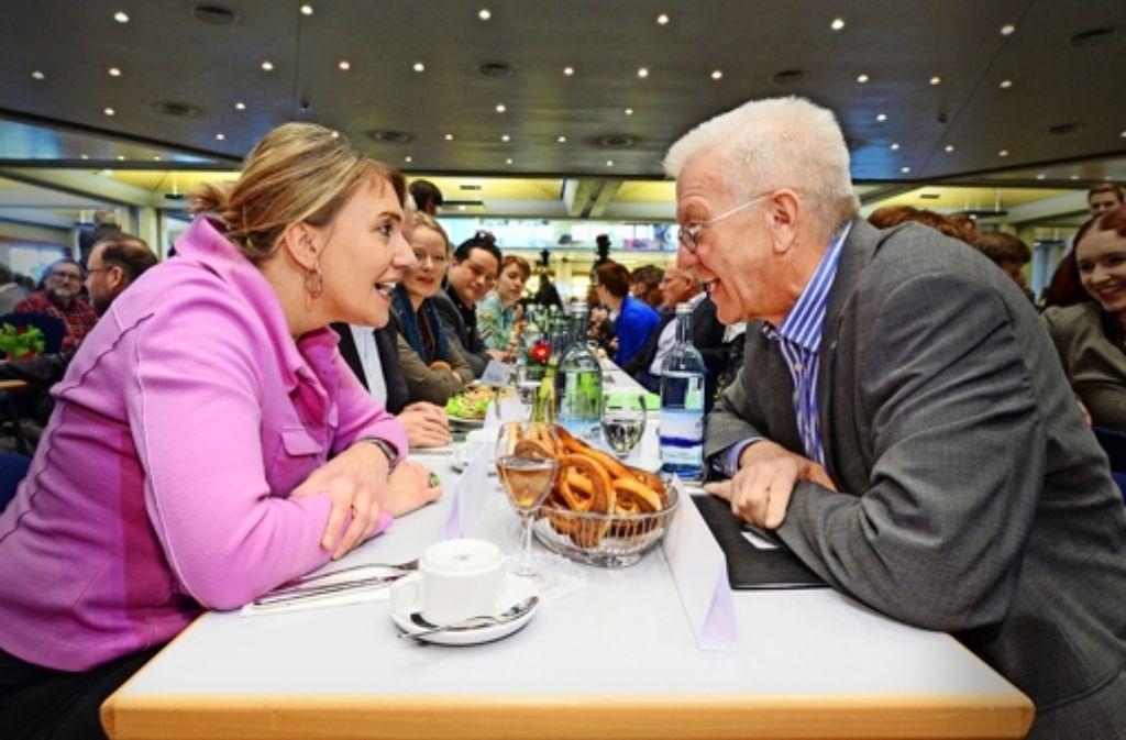 Ministerpräsident Winfried Kretschmann unterhält sich in Biberach angeregt mit Simone Peter, der Bundesvorsitzenden der Grünen. Foto: dpa