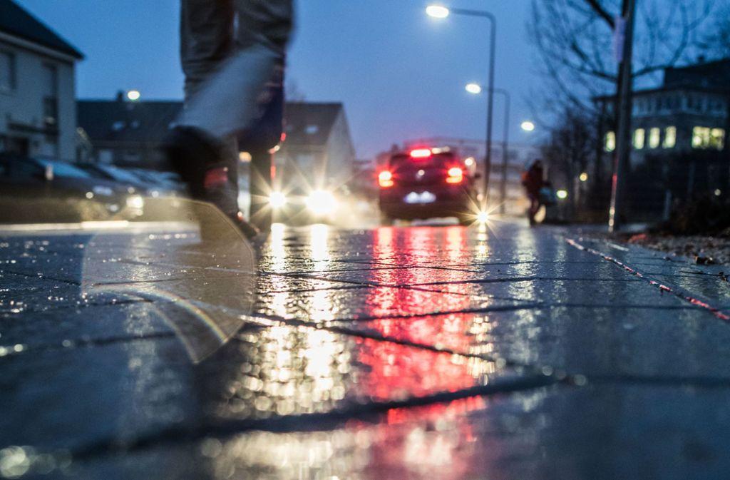 Regen aus den wärmeren Luftschichten in der Höhe und kalte Temperaturen am Boden – diese Kombination führt zu glatten Straßen. Foto: dpa-tmn/Frank Rumpenhorst