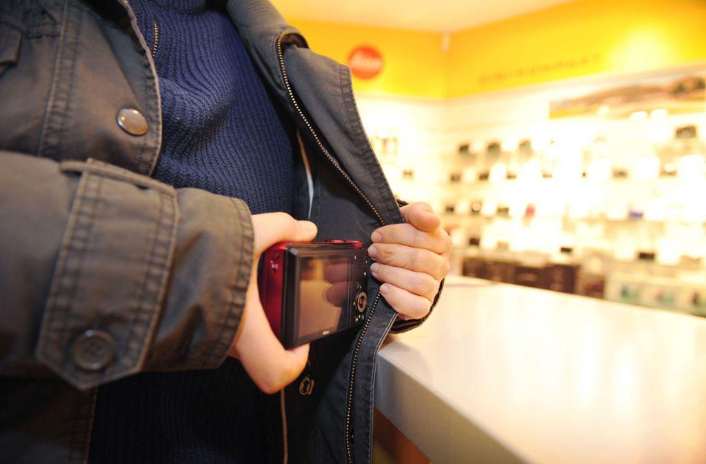 Ein Ladendetektiv verfolgt einen Dieb in einem Einkaufsmarkt in Bietigheim-Bissingen. Foto: dpa