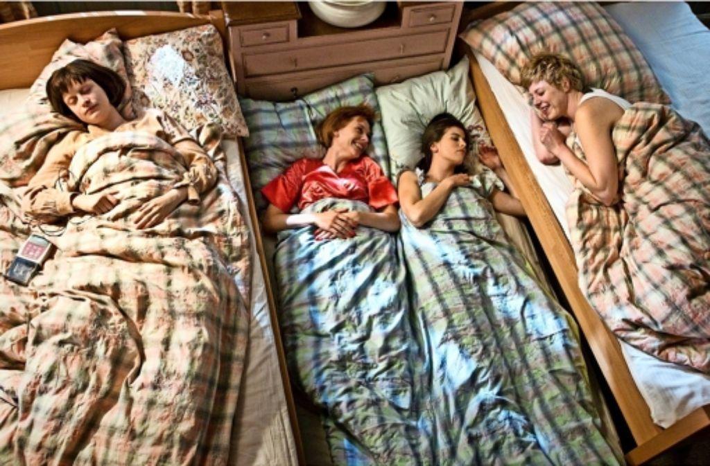 Laura (Katharina Marie Schubert) will ihren  Schwestern nah sein  (Christiane Paul,  Julia-Maria Köhler und Anna Böger (v. li.). Foto: ARD